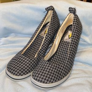 VOLATILE. BLACK & GRAY HOUNDSTOOTH PATTERN WEDGES